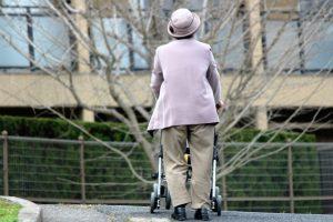 シルバーカーを押す女性の老人