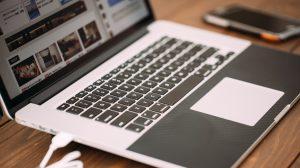 ノートパソコンとスマホ