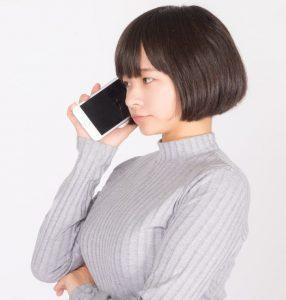 電話する女性の画像