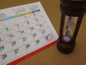 カレンダーと砂時計の画像